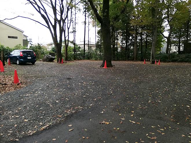 小平 寳縁の庭の駐車場